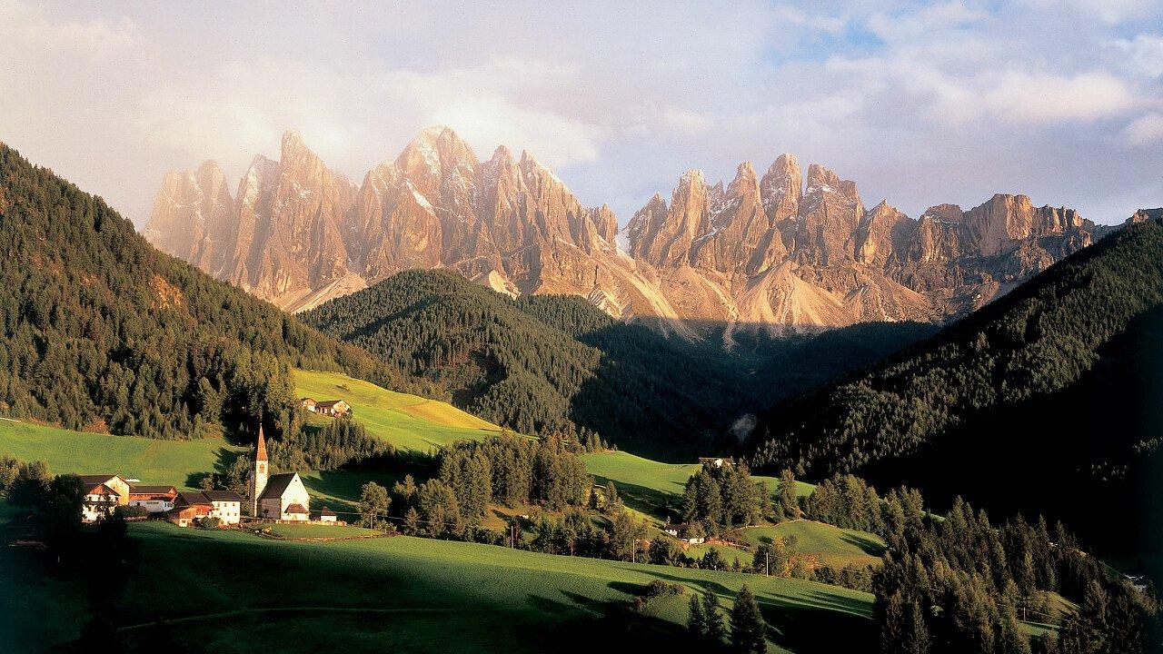 Enrosadira delle cime dolomitiche delle Odle vicino la Val di Funes in Alto Adige