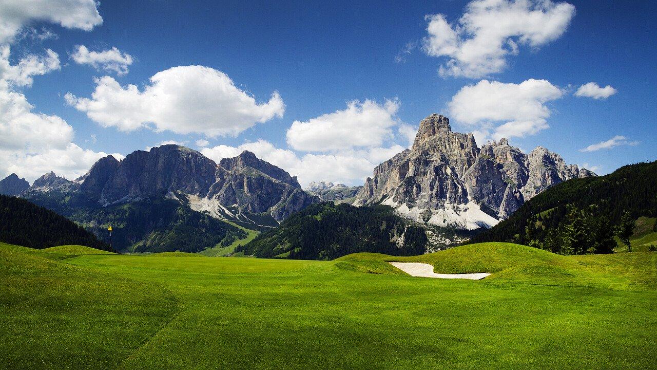 Campi da golf circondati dalle Dolomiti UNESCO
