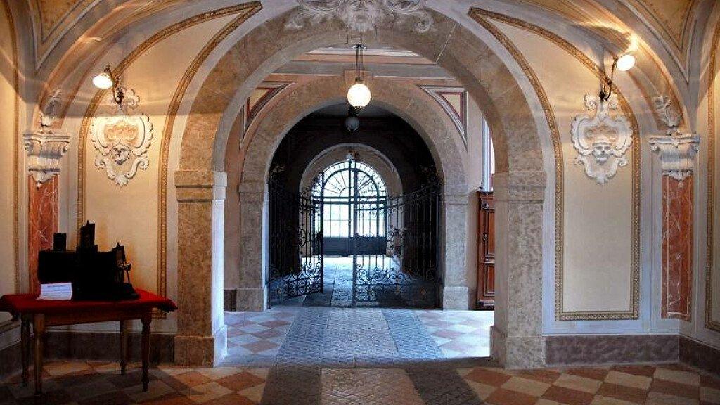 Marktplätze und historische Gebäude in Rovereto - cover