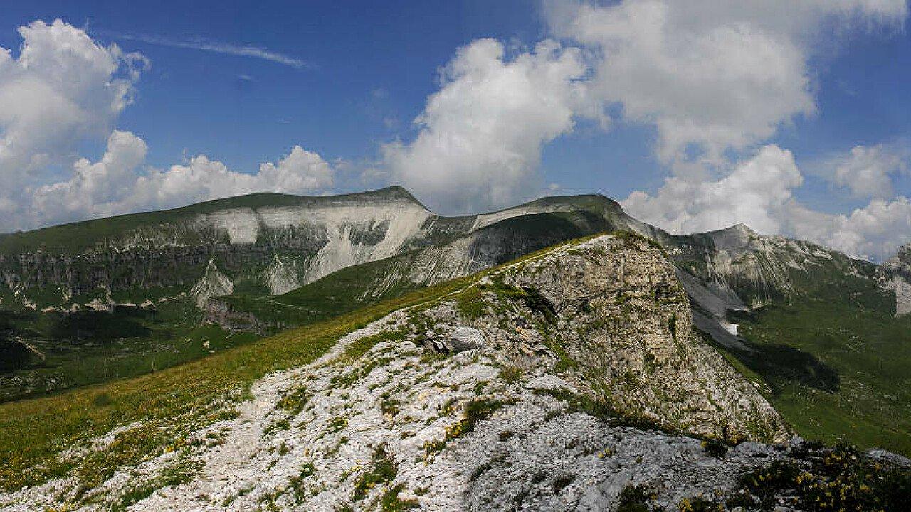 Dalla cresta delle Vette Grandi il monte Pavion con, sulla sinistra, la Busa di Cavaren e, sulla destra, la Busa delle Vette | Feltre