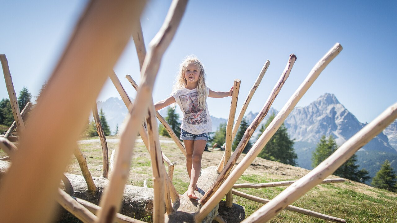bambina_gioco_estate_tre_cime_marketing_kottersteger
