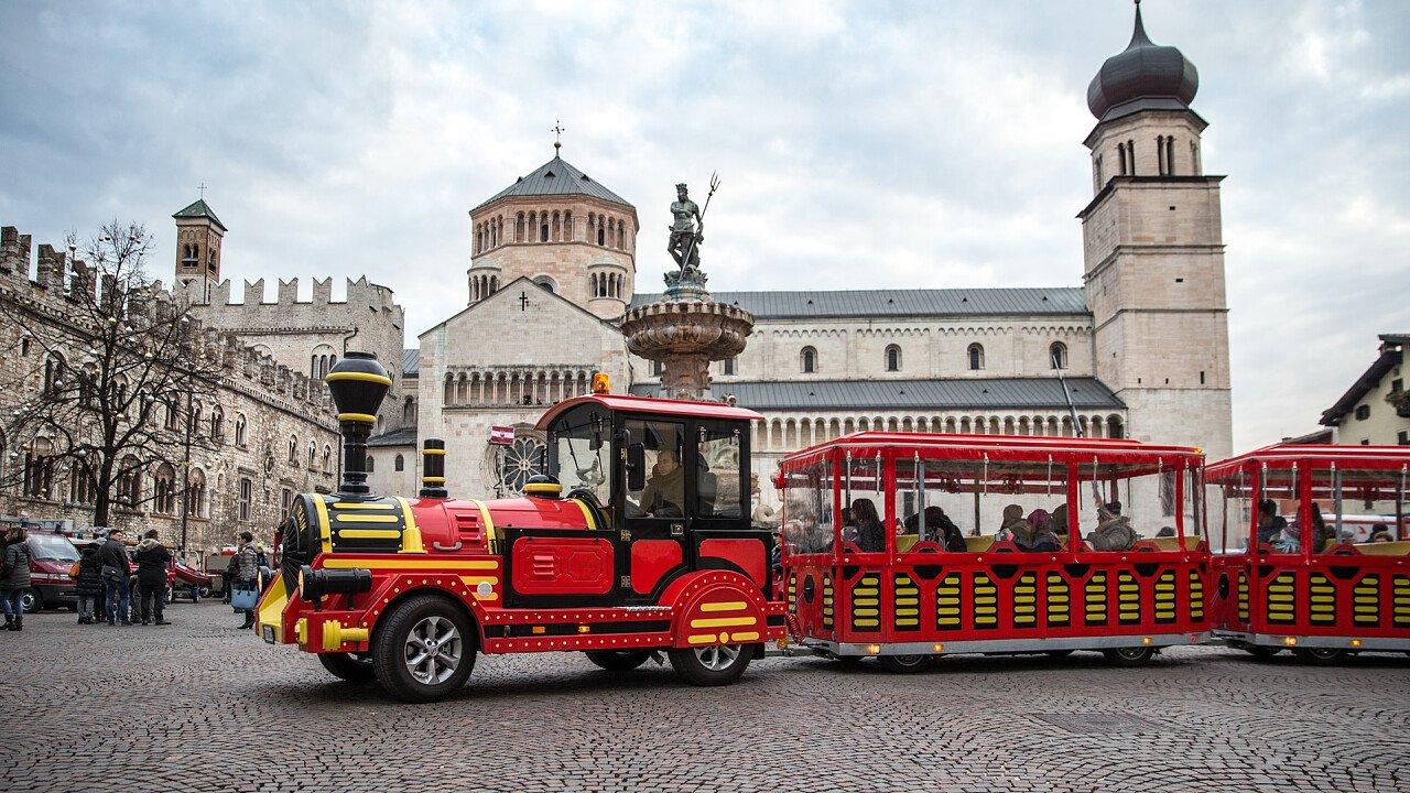 Kleiner Zug auf dem Platz in Trient