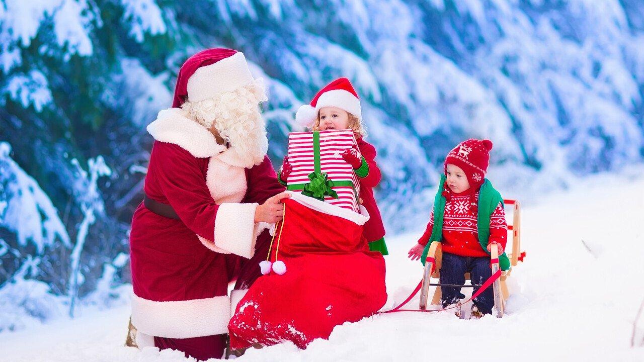 Kinder mit dem Weihnachtsmann