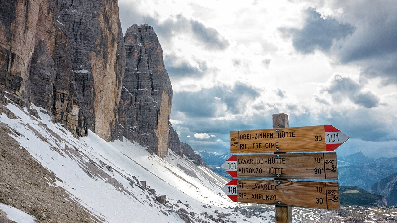 Signposting paths to the Three Peaks in winter