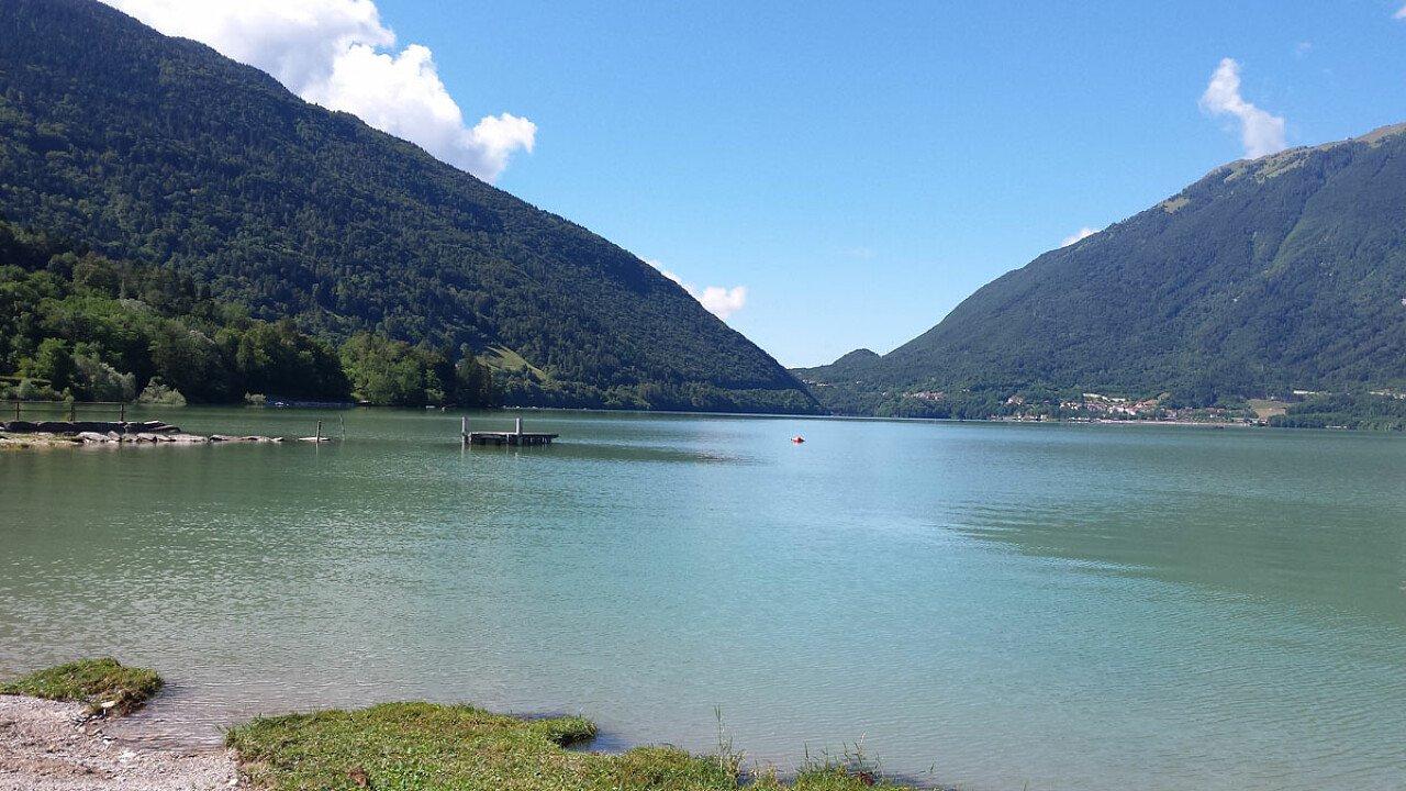 Le sponde del Lago di Santa Croce in Alpago