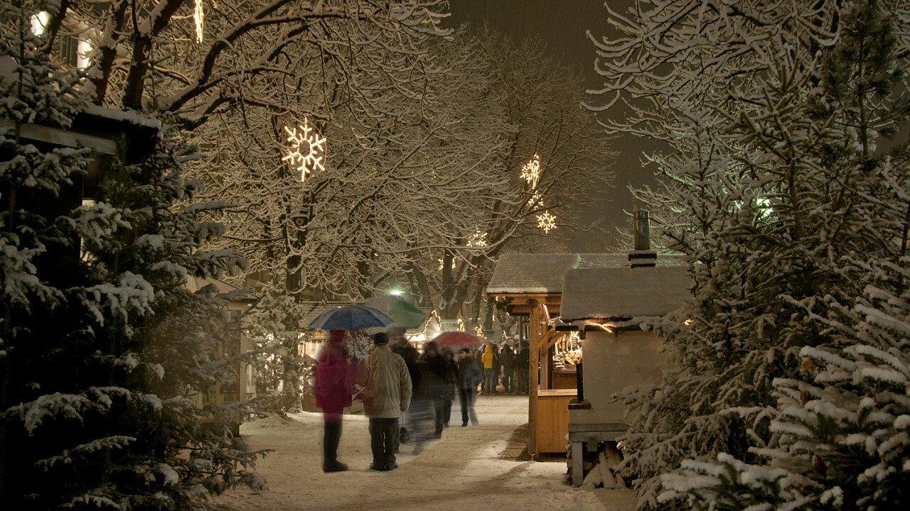 Via del centro di Brunico ricoperta di neve - Val Pusteria in Alto Adige