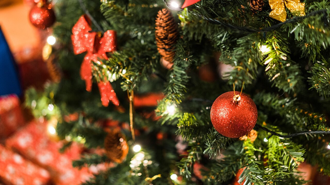 Tannenzapfen und Quasten am Weihnachtsbaum