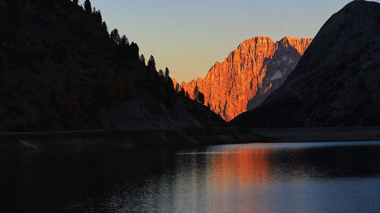 Lago Fedaia con il Monte Civetta nello sfondo - Dolomiti UNESCO