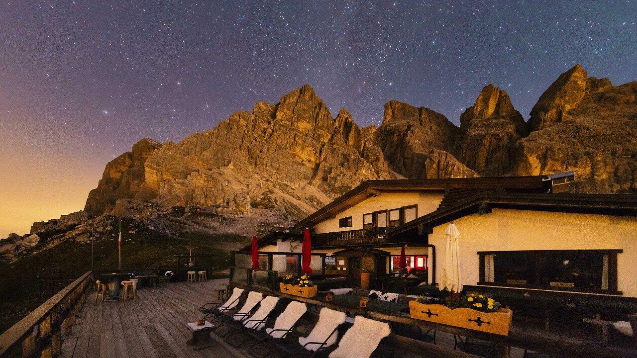 Notte stellata al Rifugio Pomedes, sopra Cortina d'Ampezzo, nel Gruppo delle Tofane