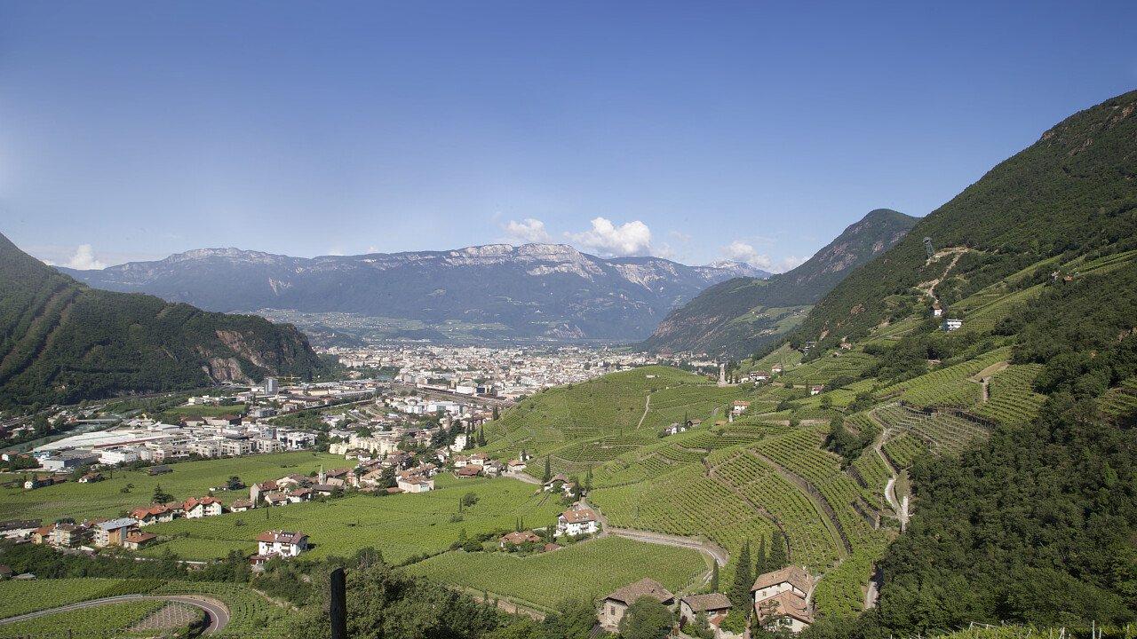 La valle con la città di Bolzano