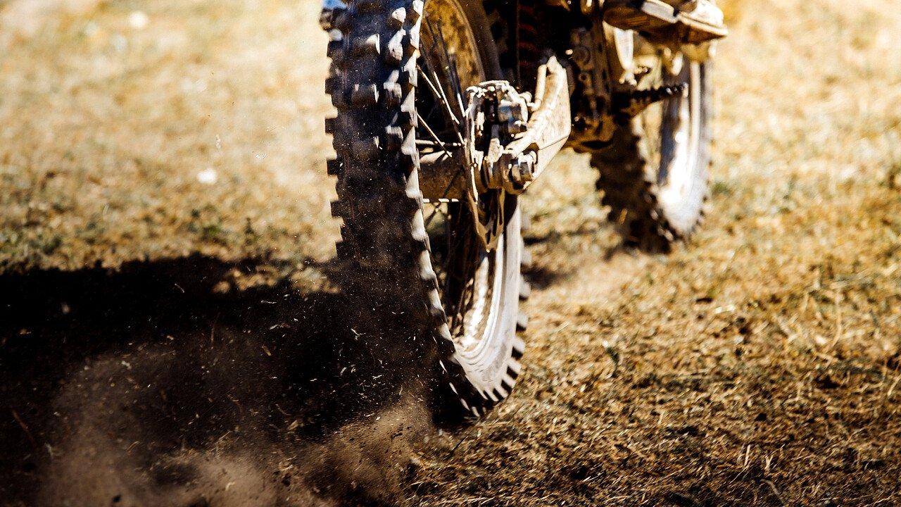 Girare in motocross nelle piste apposite ai piedi delle Dolomiti