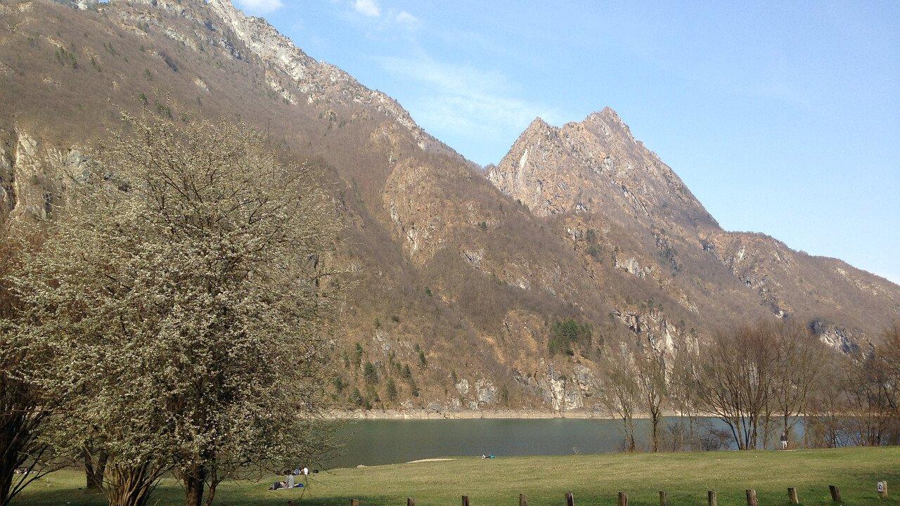 Le montagne che sovrastano il Lago del Mis