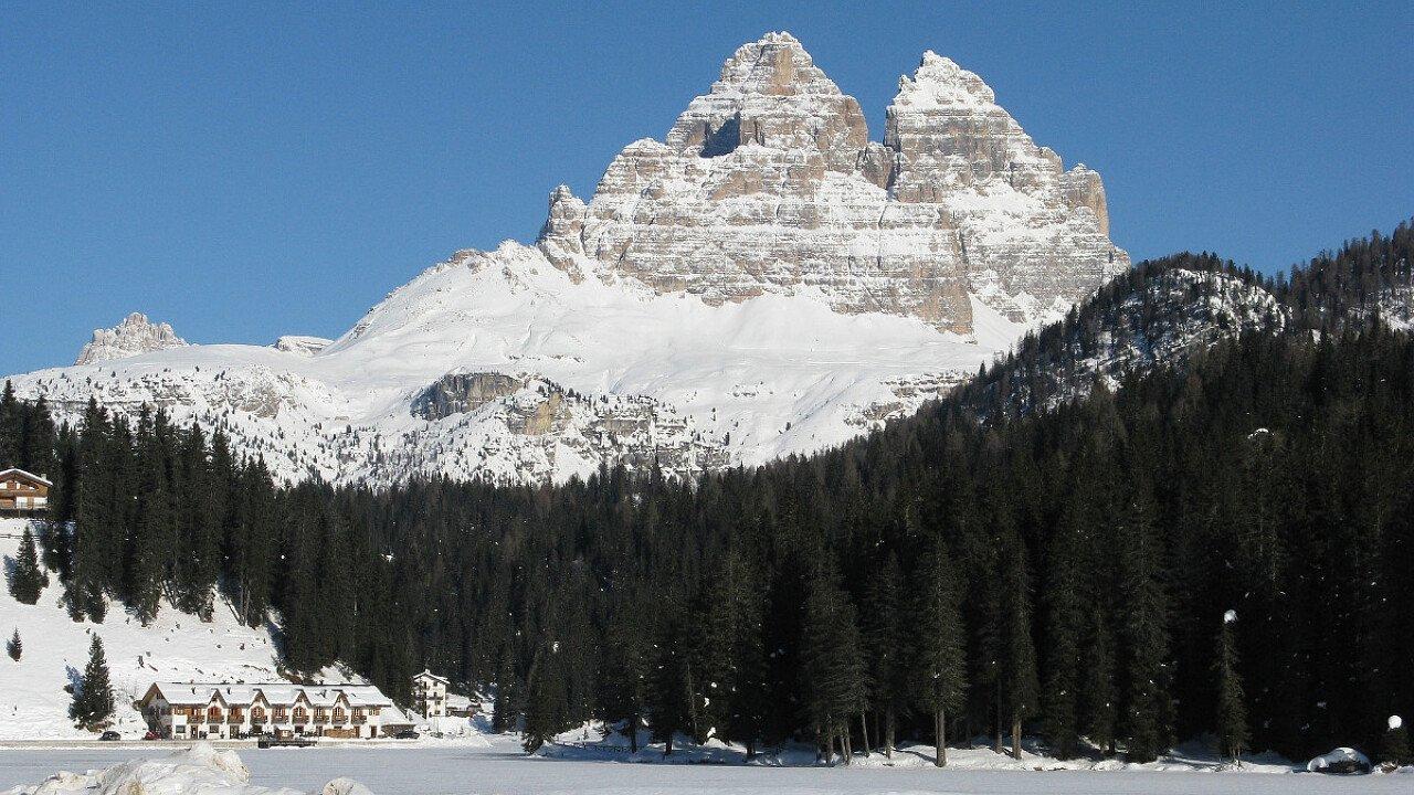 Le Tre Cime di Lavaredo dal lago ghiacciato di Misurina | Dolomiti UNESCO