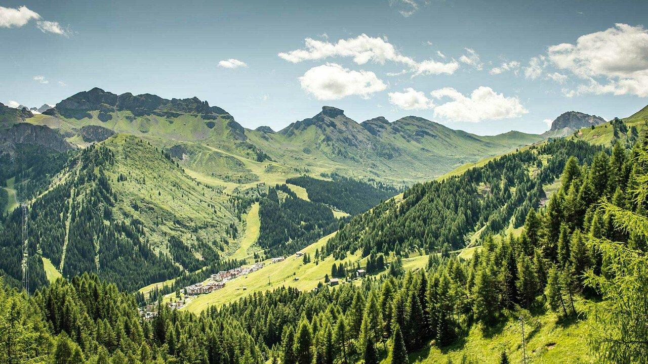 I prati verdi di Arabba, nelle Dolomiti UNESCO, in estate