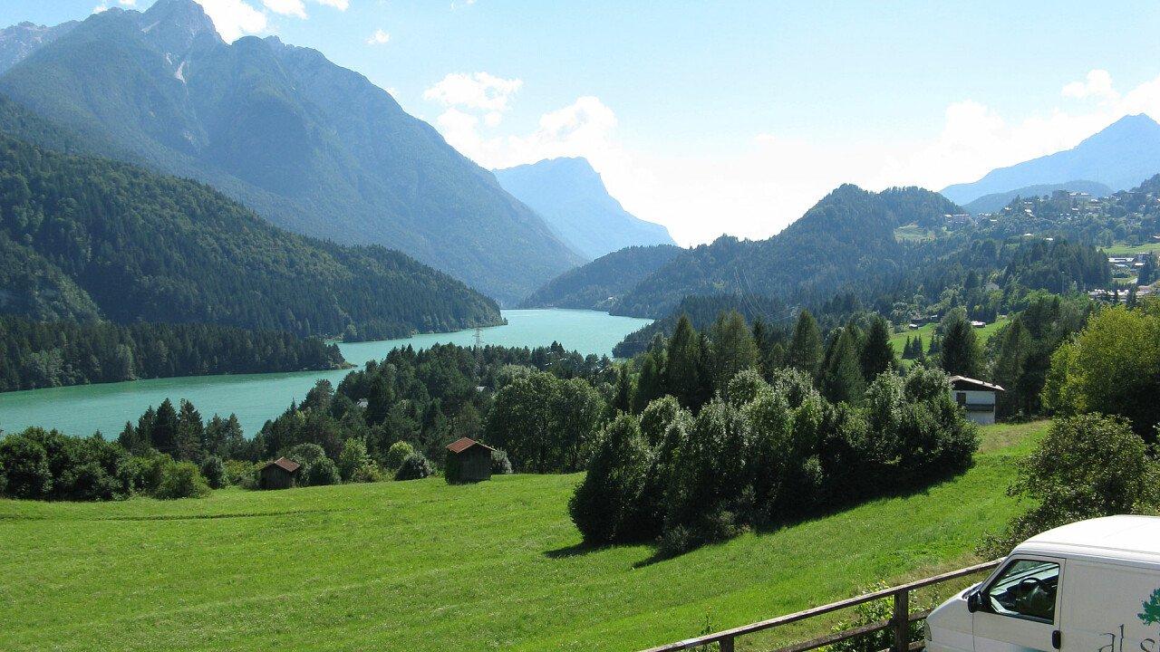 Il lago di Calalzo in estate, ai piedi delle Dolomiti UNESCO   Calalzo di Cadore