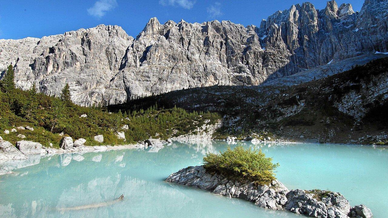 L'acqua turchese del Lago di Sorapis - Dolomiti d'Ampezzo (BL)
