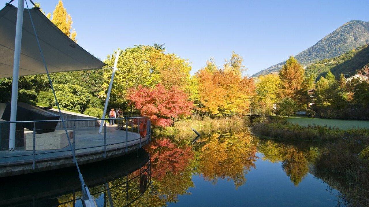 Luoghi da visitare: Giardini di Sissi a Merano, laghetto in autunno - dolomiti.it