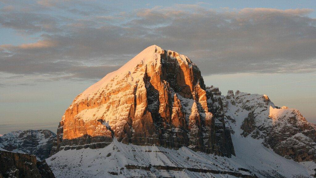 Inverno coi fiocchi a Cortina tra sci e eventi - cover