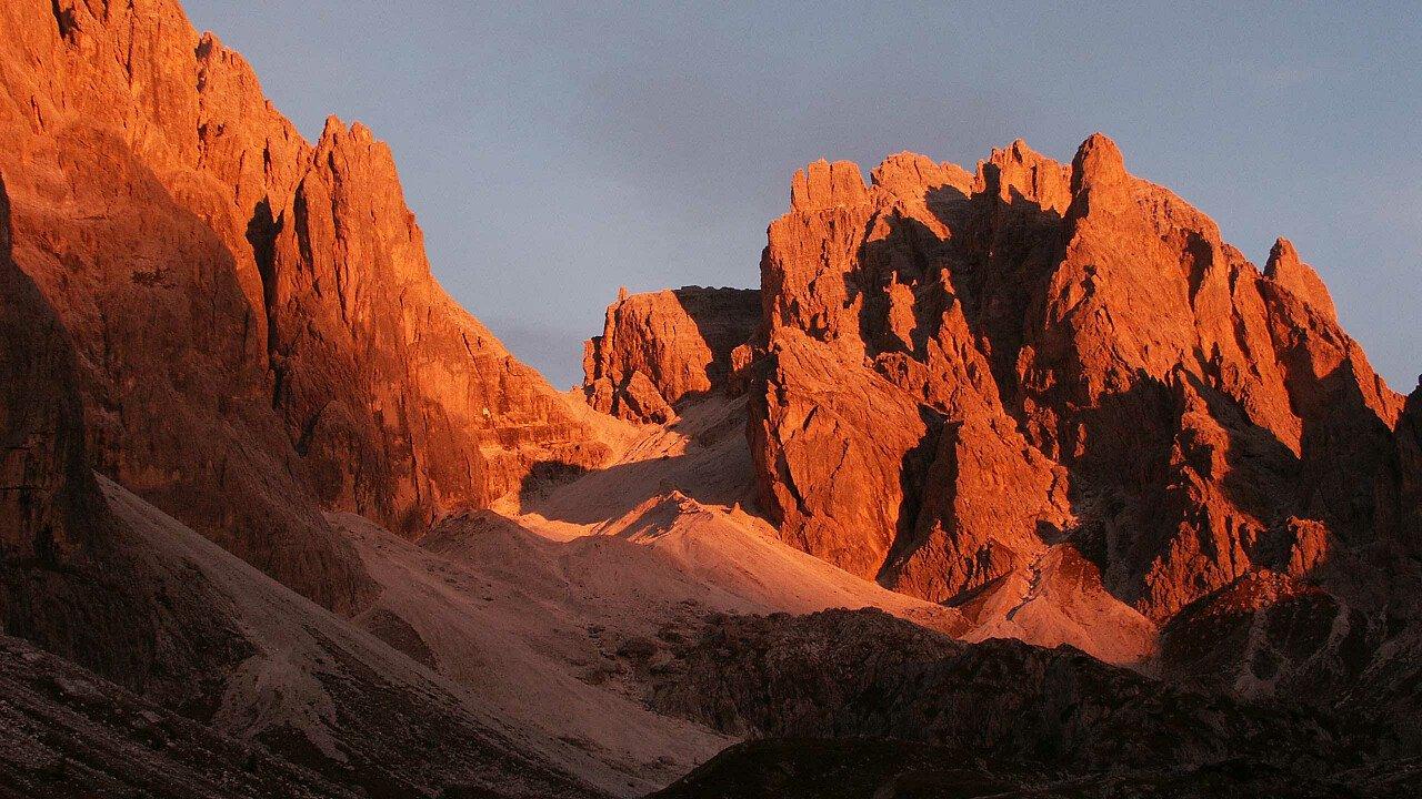 Enrosadira sulle Dolomiti UNESCO tra Comelico e Sappada