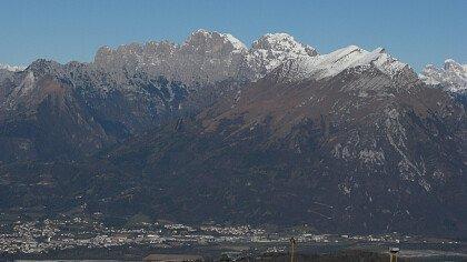 Il centro storico di Belluno con la Schiara e le Dolomiti nello sfondo