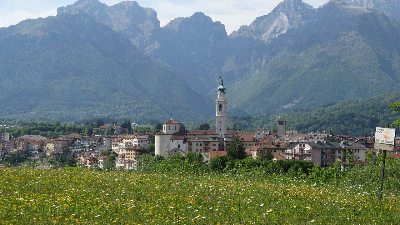 Il centro storico di Belluno con le Dolomiti UNESCO nello sfondo