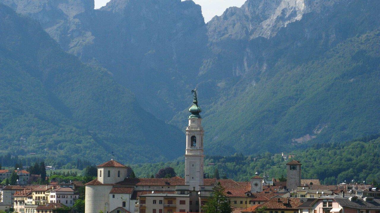 Il centro storico di Belluno con le Dolomiti Bellunesi nello sfondo