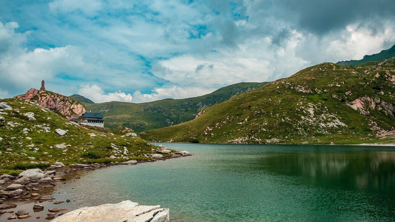 rifugio_lago_volaia_dreamstime_michele_zuliani