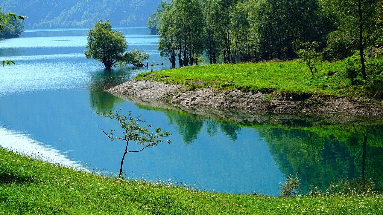 lago_del_mis_sospirolo_prati_verdi_shutterstock