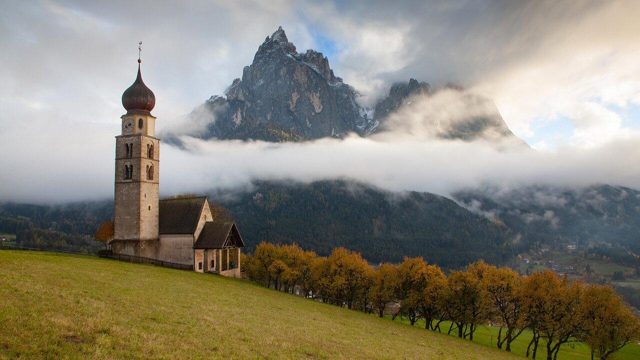 Kirche in den Dolomiten Seis am Schlern