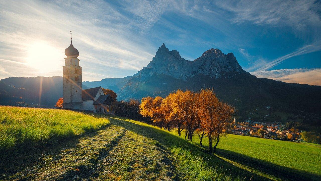 Straße zur Kirche San Valentino im Herbst Seis am Schlern