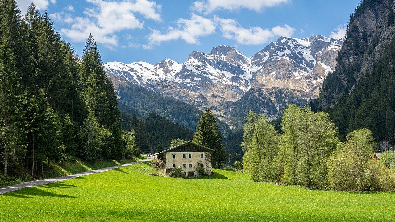 casa_strada_montagne_racines_shutterstock