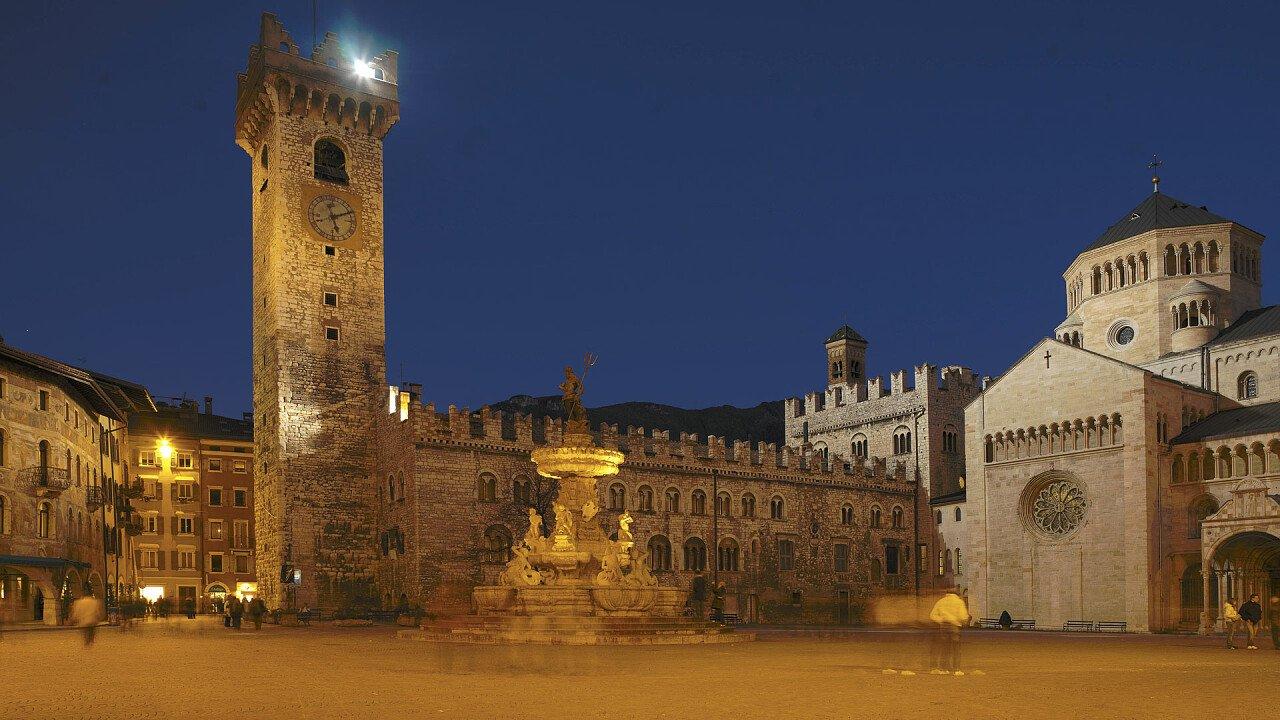 Notturna piazza Duomo Trento