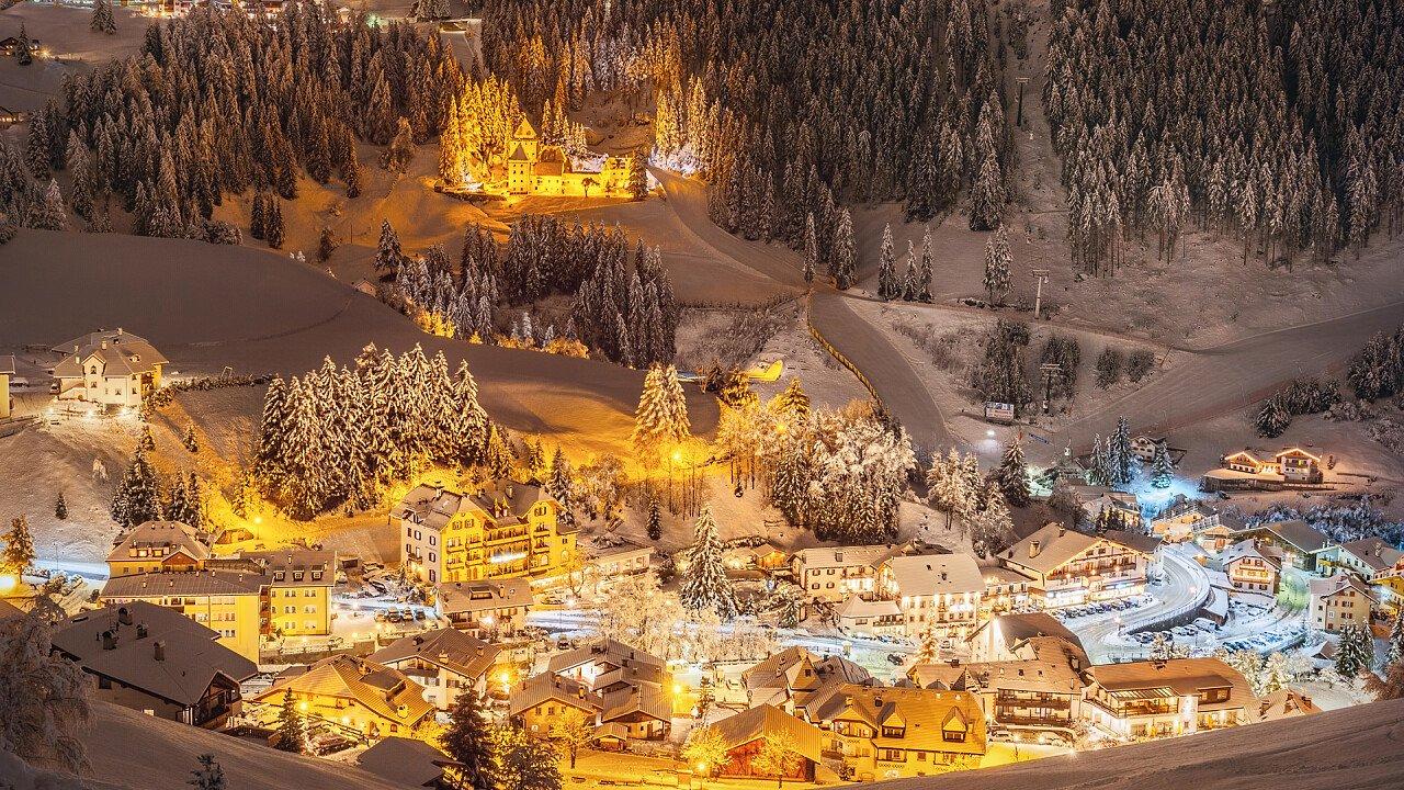Centro città illuminati di sera in inverno Santa Cristina