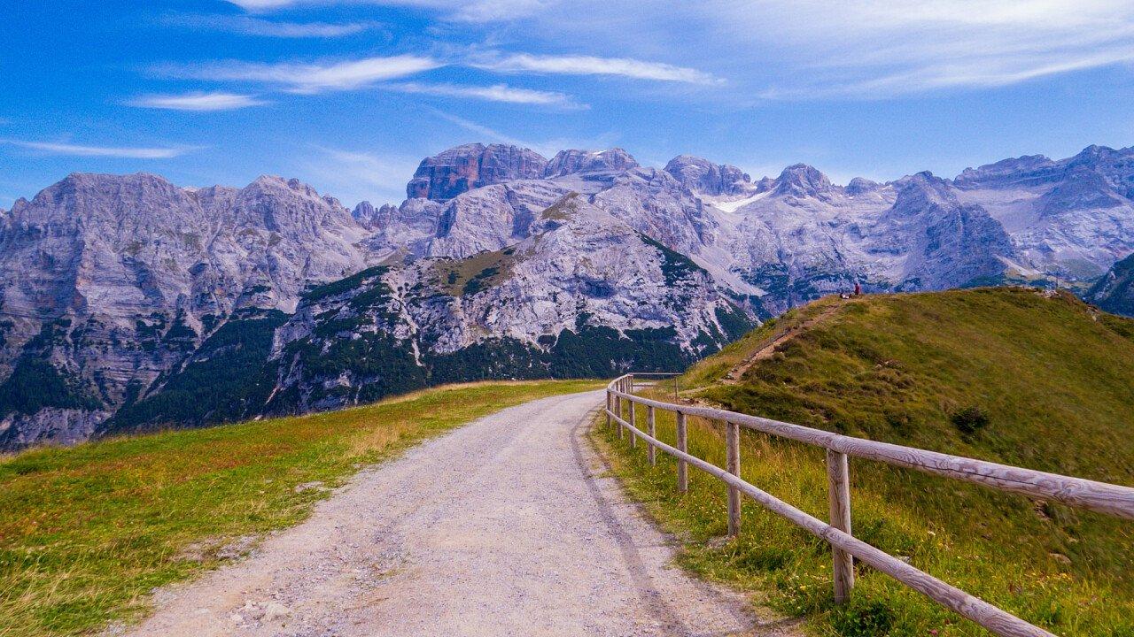 Strada di montagna nelle Dolomiti di Brenta sopra Massimeno