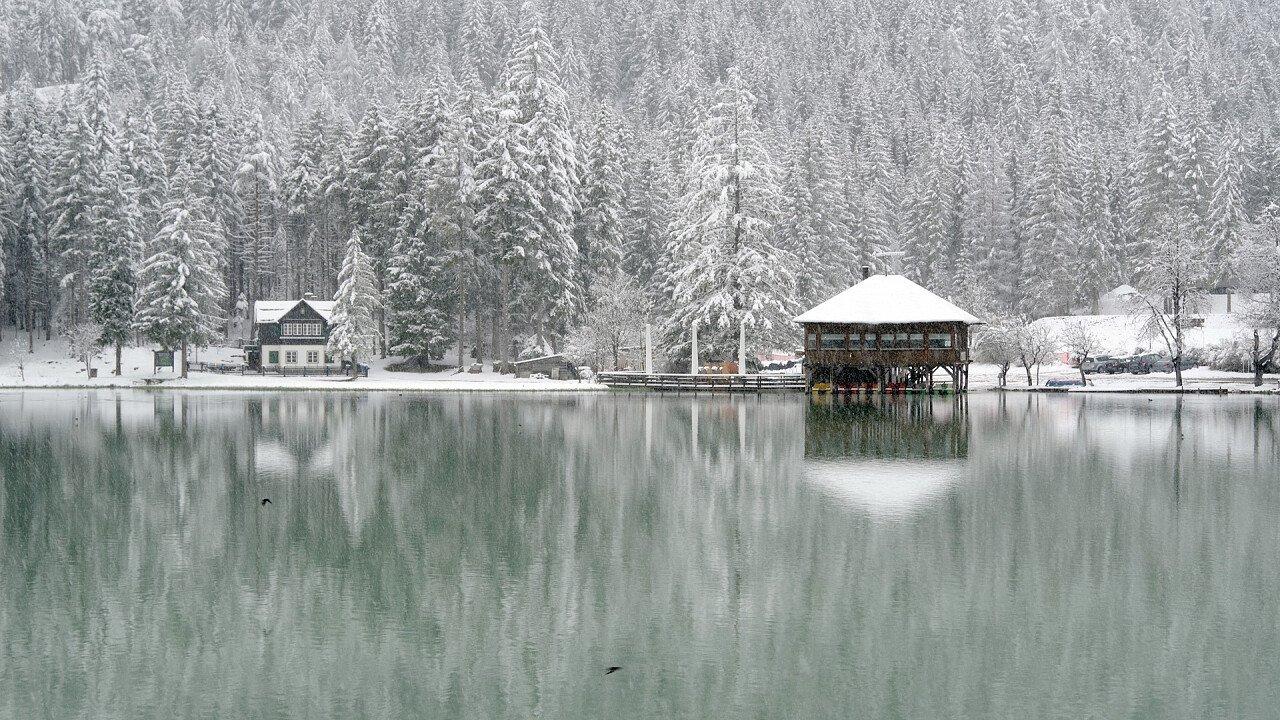 Lago di Dobbiaco coperto dalla neve