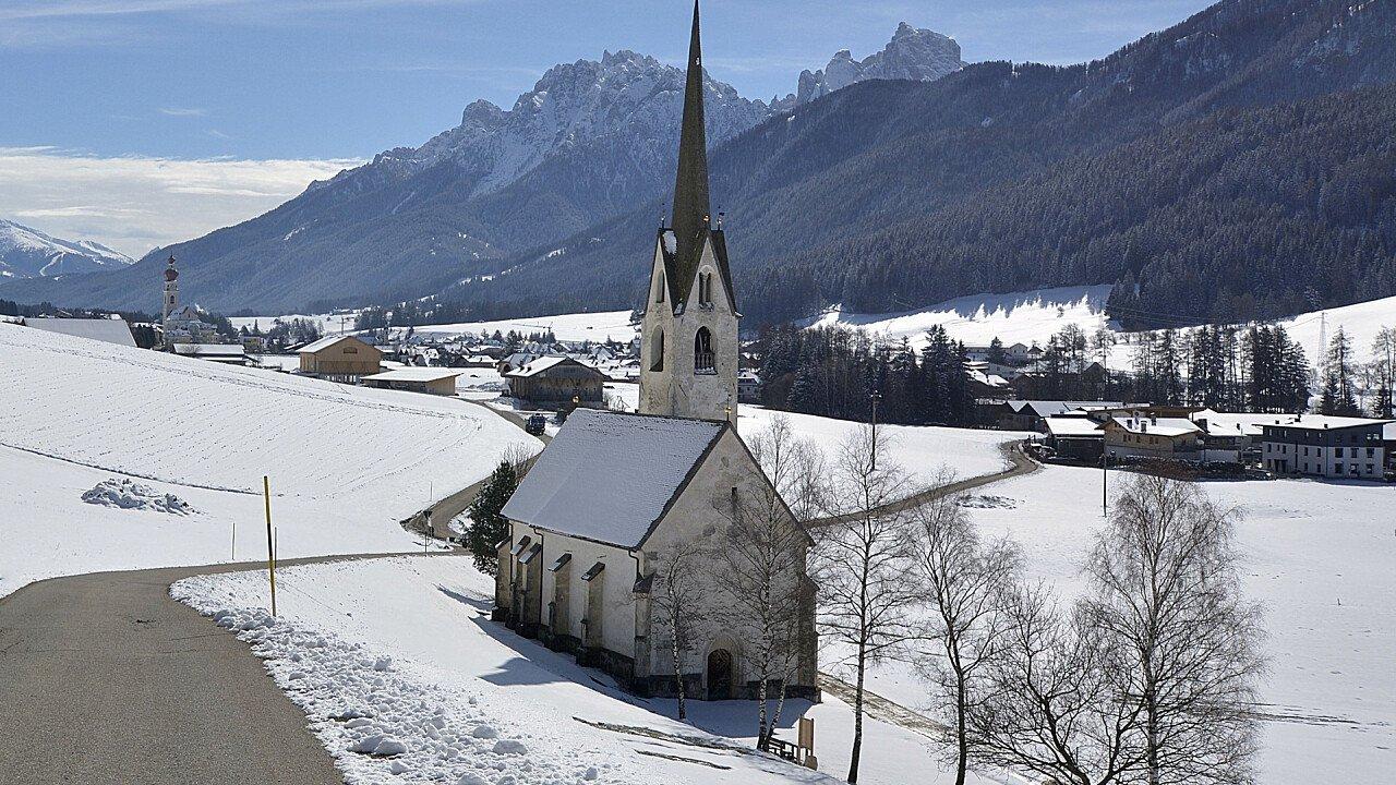 Chiesa di Villabassa in inverno
