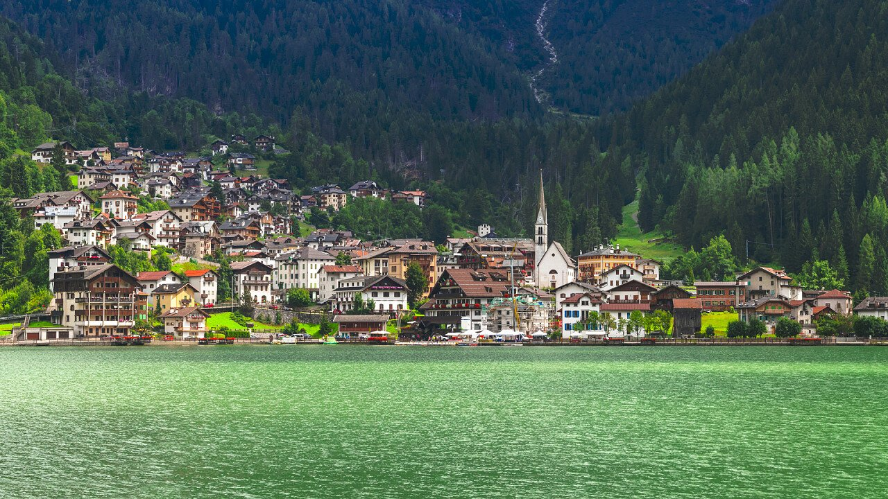 town_and_lake_summer_alleghe_dreamstime_freesurf69