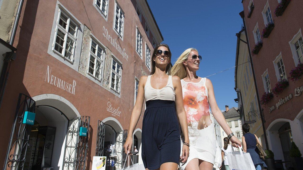 ragazze_che_fanno_shopping_brunico_brunico_kronplatz_turismo_helmut_rier