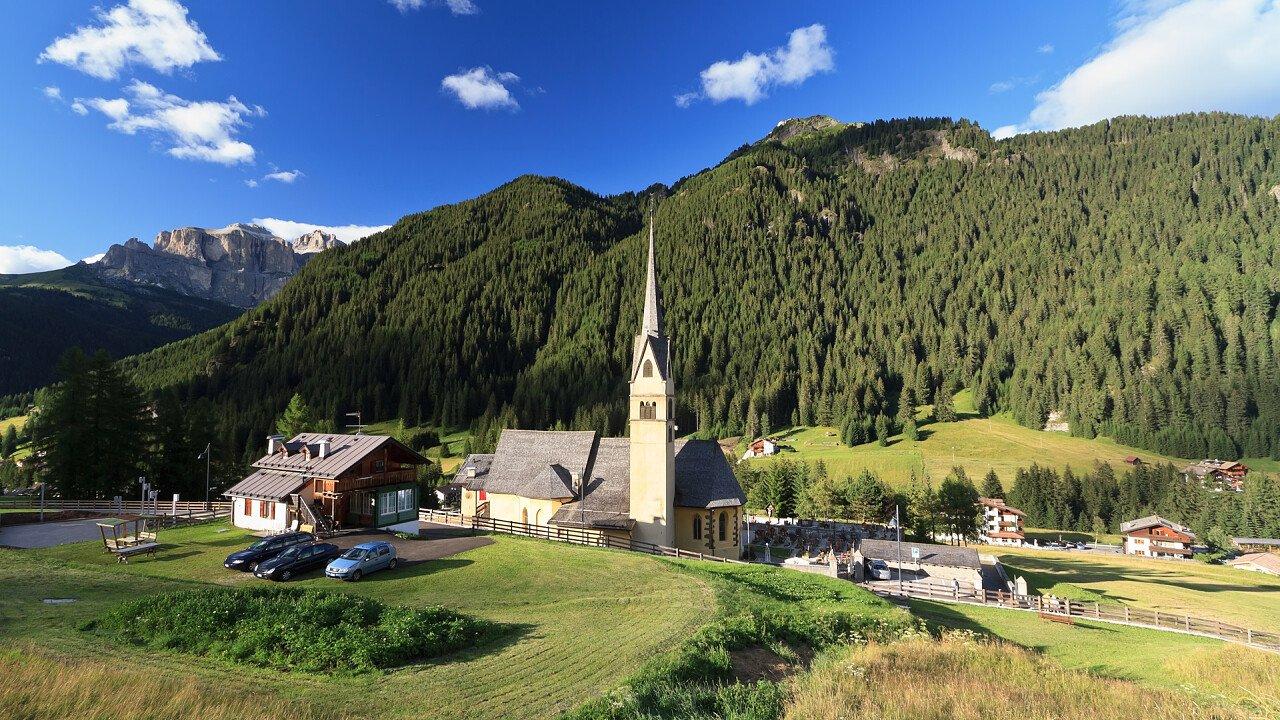 estate_chiesa_natura_alba_canazei_dreamstime_antonio_scarpi