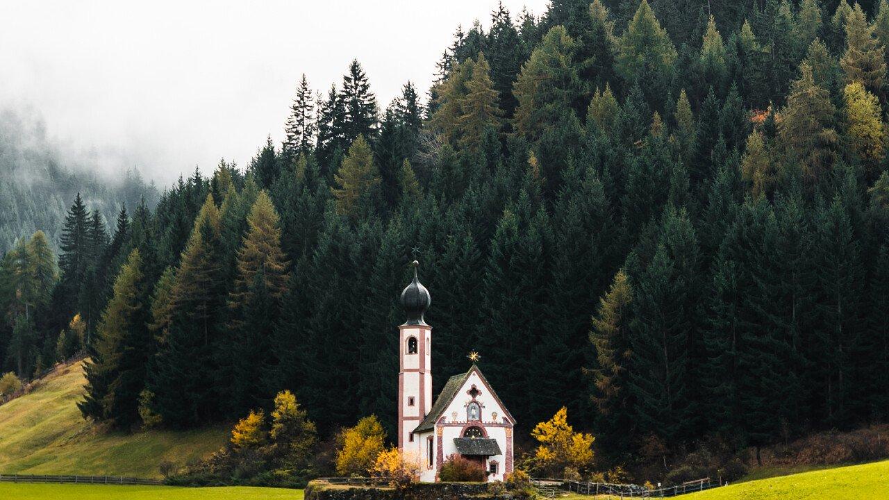 autunno_chiesa_san_giovanni_in_ranui_val_di_funes_picjumbo_viktor_hanacek