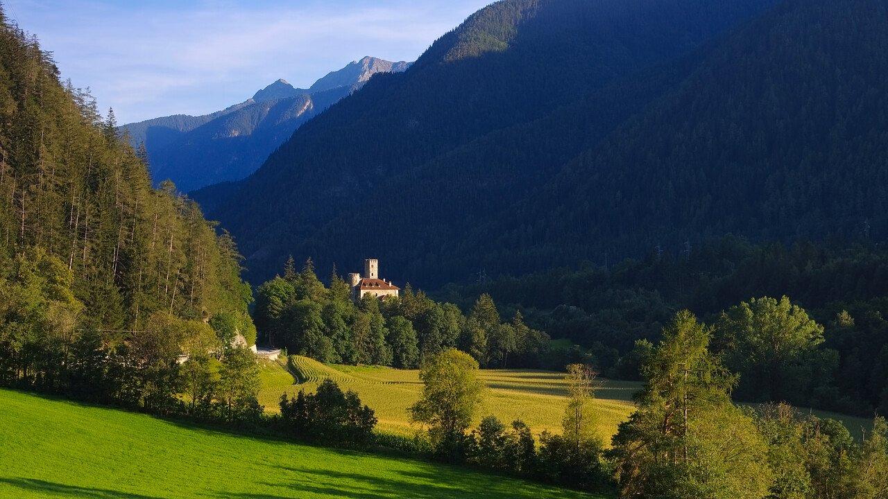 natura_attorno_castello_di_welfenstein_campo_di_trens_depositphotos