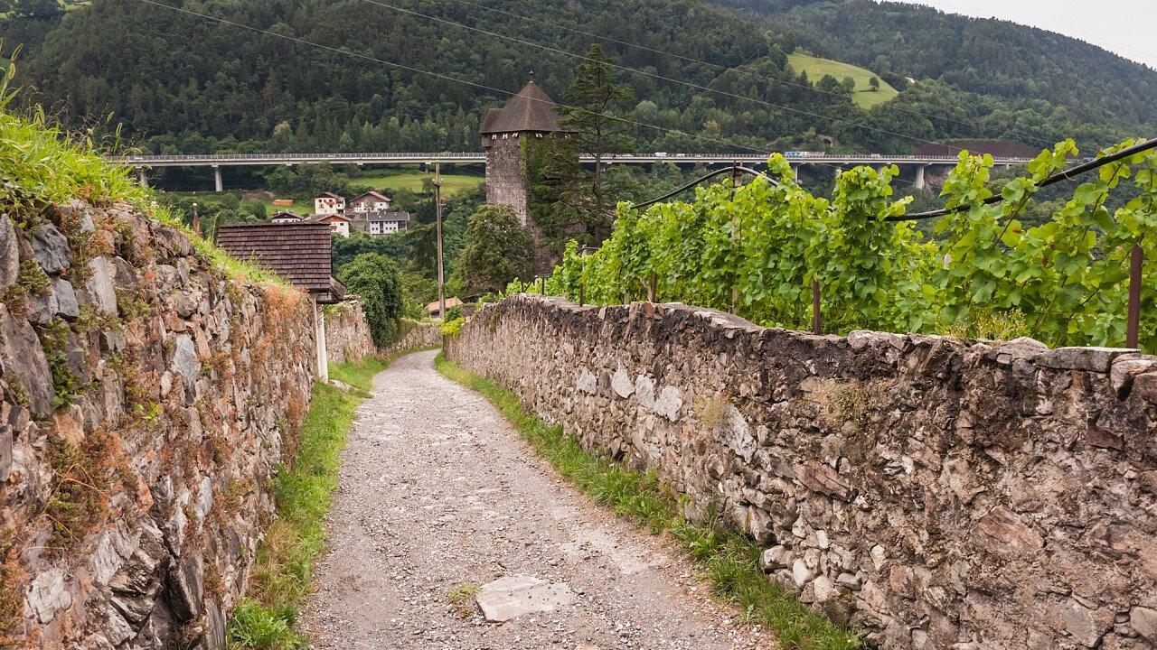 strada_muro_pietra_vigne_castello_branzoll_chiusa_shutterstock