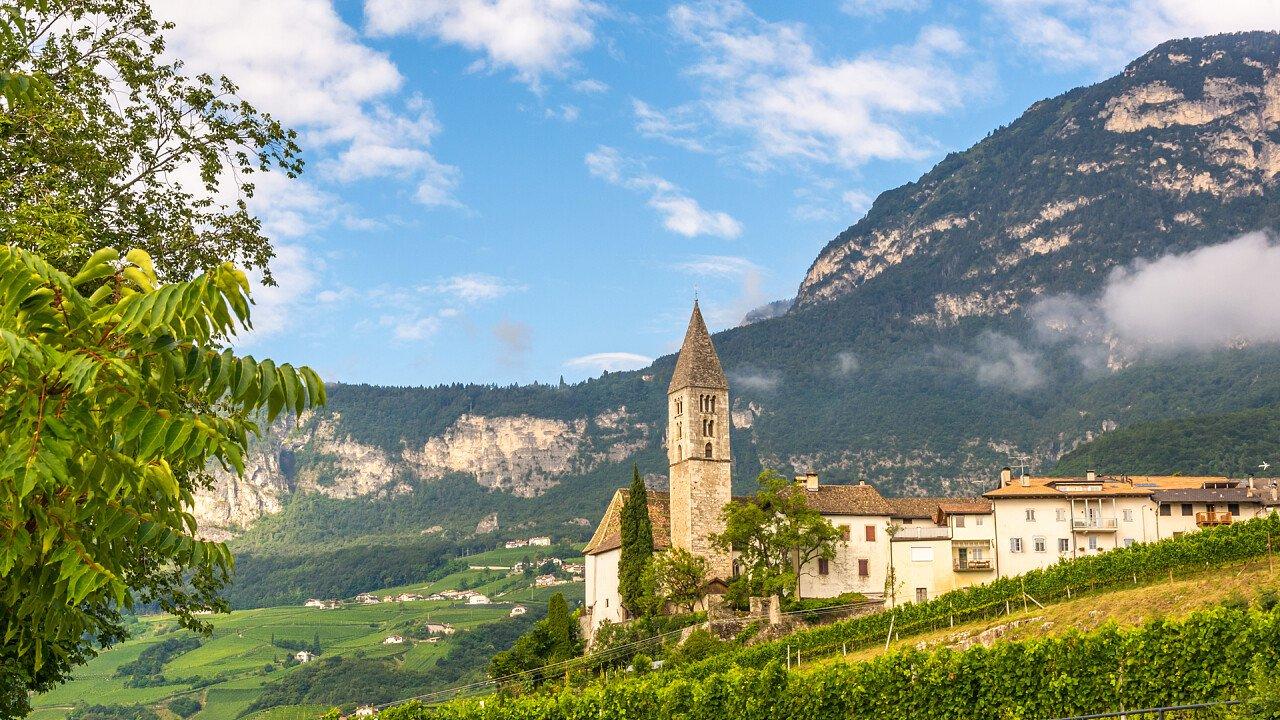 montagne_chiesa_cortaccia_sulla_strada_del_vino_shutterstock