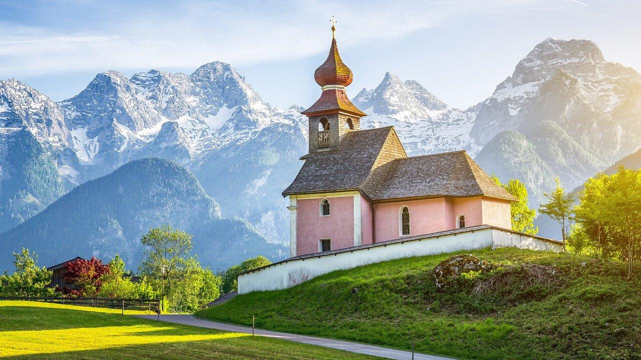 chiesa_veduta_montagne_ora_dreamstime_north2south