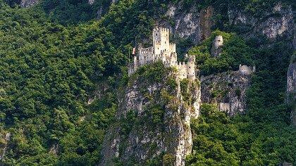 sotto_il_castello_salorno_dreamstime_claudio_carra