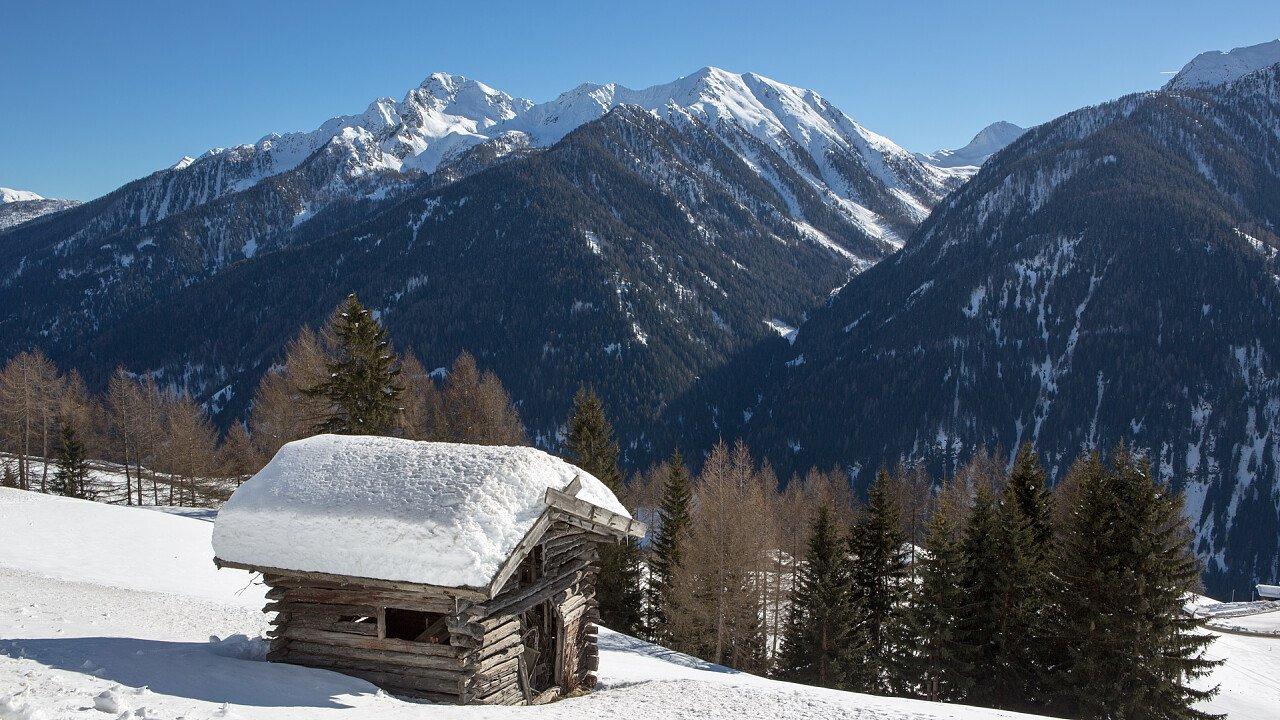 inverno_piccola_baita_val_d_ultimo_dreamstime_cagol_stefano