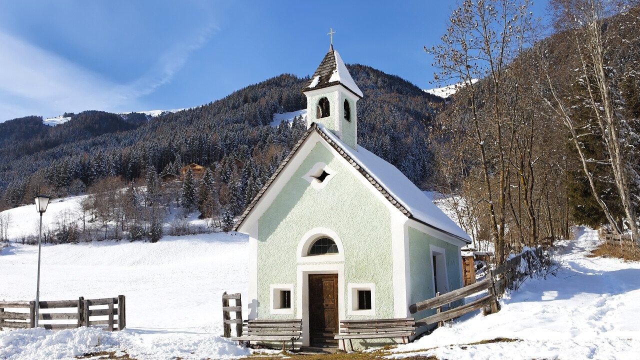 inverno_chiesa_rasun_anterselva_dreamstime_emanuele_leoni