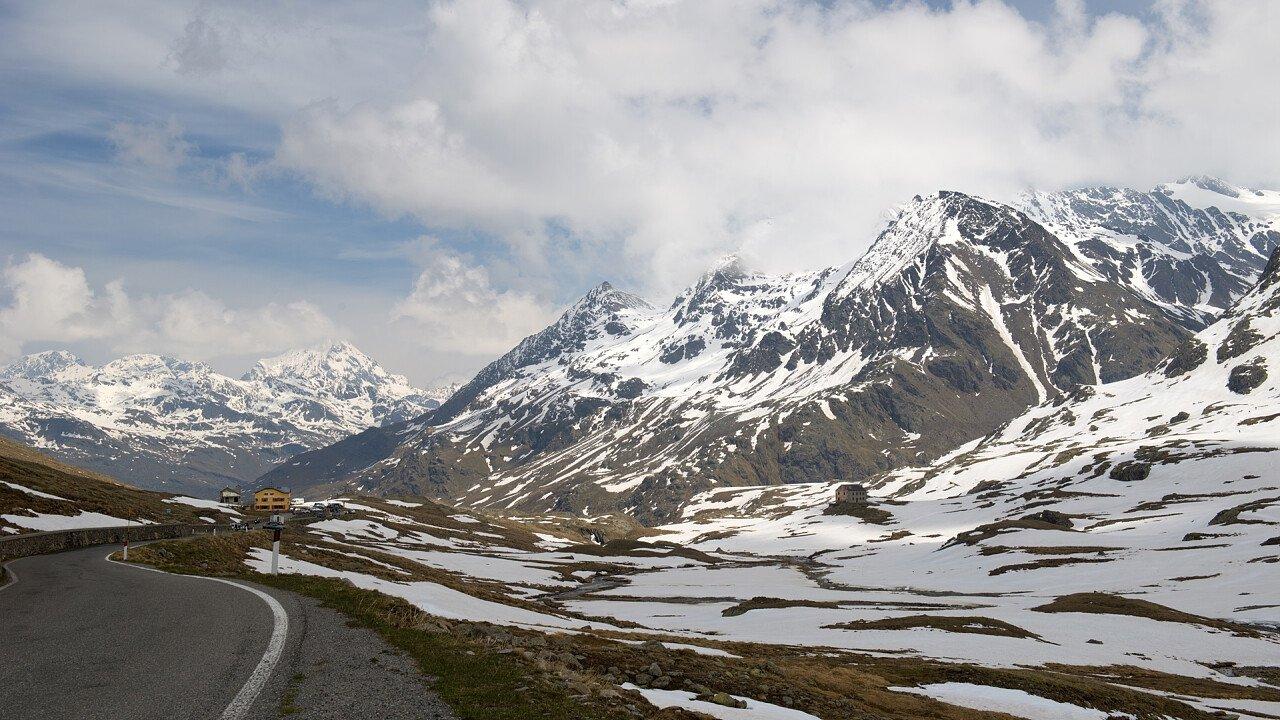 Strada tornanti in inverno al Passo Stelvio