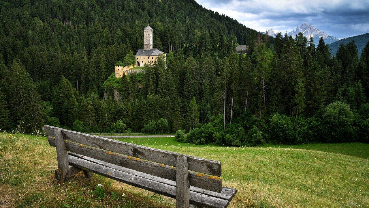 panchina_prato_castello_monoguelfo_shutterstock