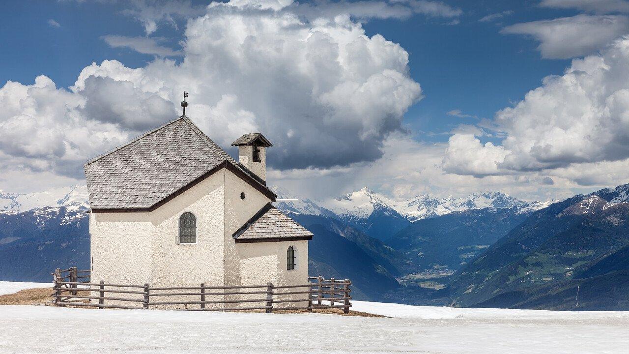 chiesa_prato_neve_valdaora_dreamstime_daniela_lechner